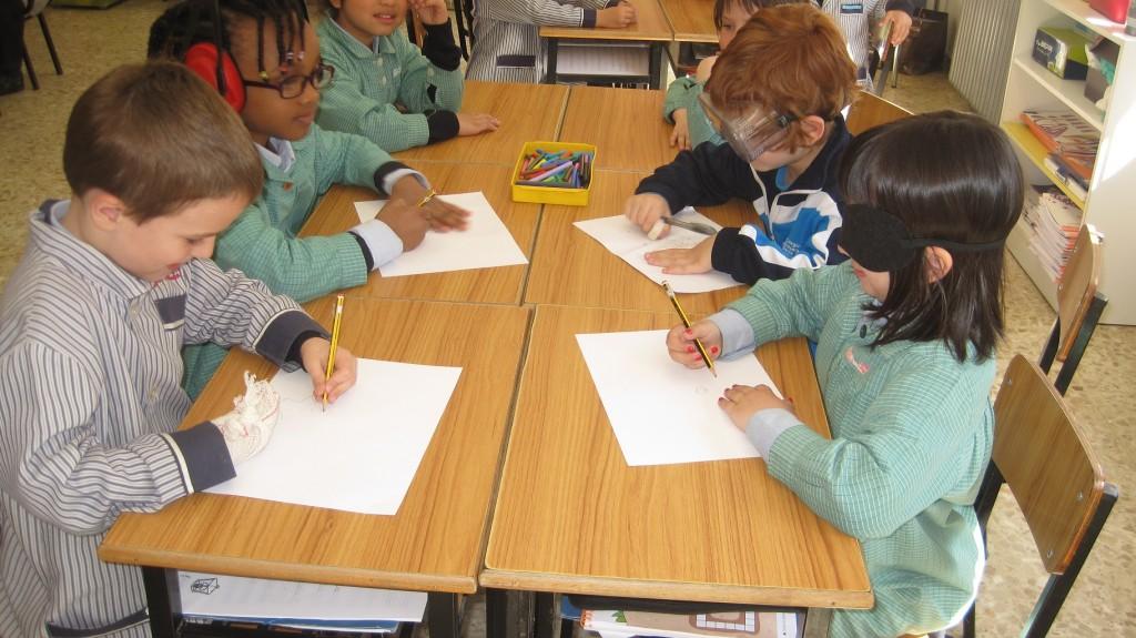 ¡Es muy difícil dibujar sin ver, oír o con manos vendadas!