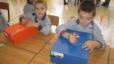 Pintamos y hacemos agujeros a las cajas