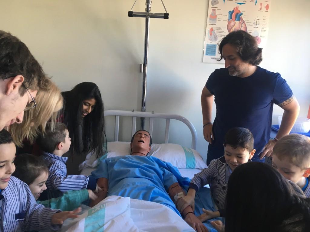 """¡Tienen un enfermo de """"verdad"""" a quién curar en una cama de hospital!"""